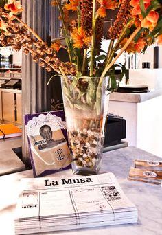 Flores secas en jarrón con guijarros en la recepción de La Musa Latina. http://www.grupolamusa.com/restaurante-lamusalatina