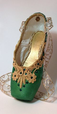 La Esmeralda decorated pointe shoe with by DesignsEnPointe on Etsy Ballet Crafts, Shoe Crafts, Pointe Shoes, Toe Shoes, Dance Shoes, Ballet Costumes, Dance Costumes, Decorated Shoes, Shoe Art