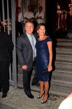 Zico e a mulher Sandra chegam para o casamento da produtora Maíz Oliveira com o músico Tato Navega no Rio de Janeiro