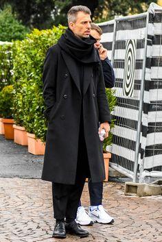 黒コートを使ってメンズコーデをイマ風にアップグレード!注目の着こなしとおすすめアイテムを紹介 | 男前研究所 All Black Mens Fashion, Best Mens Fashion, Womens Fashion, Fashion Hub, Urban Fashion, Fashion Ideas, Herren Outfit, Men Street, Men Style Tips