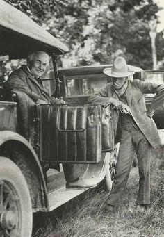 Henry Ford, dressed like a cowboy, with Thomas Edison, 1923.  www.facebook.com/bastidores.historia/