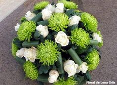 Floral Lena Góis: Verdes e branco Grave Flowers, Church Flowers, Funeral Flowers, All Flowers, Exotic Flowers, Funeral Flower Arrangements, Rose Arrangements, Arte Floral, Flower Art Images