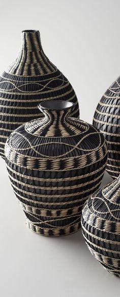 Mal etwas anderes: Vasen, welche aussehen, als wären sie aus Brasilien oder einem südamerikanischen Land, wie ich finde <3 Könnten gut in eine Ecke eines in kühleren Brauntönen gehaltenen Wohnzimmers passen.