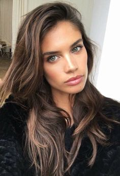 Long hair style with layers. Sara Sampaio hairstyle. Chocolate brown hair with caramel highlights.