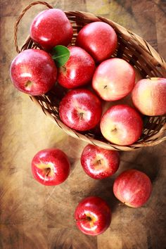 Red apples in a basket on a rustic wooden board Apple Fruit, Red Apple, Apple Quotes, Pomegranate Recipes, Bobbing For Apples, Apple Baskets, Thanksgiving Wallpaper, Apple Harvest, Fruit Photography