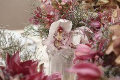 Já comentamos aqui que adoramos combinar o tom dos porta-guardanapos com o das flores dos arranjos. E foi exatamente isso que fizemos desta vez, ao combinar o tom das orquídeas com porta-guardanapos de hortênsias da Couvert.