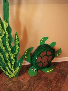 Sea turtle ( turkey roast pan / green spray paint / green, brown, yellow foam, wiggly eyes ) Glide into Mrs. Turtle Birthday, Turtle Party, Mermaid Birthday, Ocean Crafts, Vbs Crafts, Crafts For Kids, Under The Sea Theme, Under The Sea Party, Under The Sea Decorations
