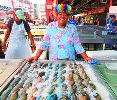 A friendly local selling freshly caught fish at the Papeete Market in Tahiti Bora Bora, Tahiti Islands, Tahiti French Polynesia, Stuff To Do, Things To Do, Hawaii Hula, Sardinia Italy, Calabria Italy, French Polynesia