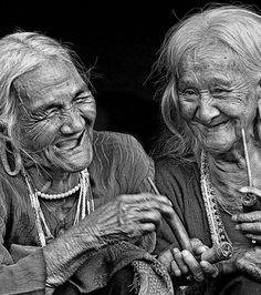 Photo : Photo de deux vieilles femmes ridées en train de rire aux éclats, soumise au Sony World Photography Awards 2013