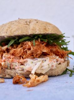 Pulled chicken burger med sund coleslaw Gourmet Burgers, Burger Recipes, Mexican Food Recipes, Ethnic Recipes, Pulled Chicken, Pulled Pork, Yummy Eats, Yummy Food, Homemade Burgers