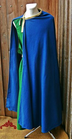 Halbkreismantel aus Wolle, Ausschnitt mit einem Band aus Seide eingefasst.  Semi-circle cloak, the neckline is edged with silk