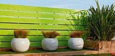 Sichtschutzzaun, Rankgitter oder Balkonverkleidung: Sichtschutzelemente sorgen für entspanntes Ambiente auf Balkon und Terrasse.