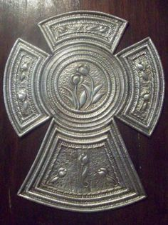 cruz decorada con aluminio repujado madera,aluminio repujado