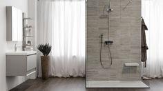 salle de bains avec douche italienne et carrelage aspect pierre naturelle grise