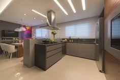 Para um casal moderno, a arquiteta Débora Giardin desenvolveu uma ilha com cooktop e coifa, promovendo, assim, comodidade no preparo dos alimentos e aproximação das pessoas.