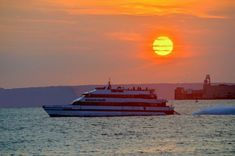 Board a Seastreak ferry in NYC or New Jersey and cruise through the New York Harbor, historic Highlands and Atlantic Highlands, and Sandy Hook point to see some of the world's most iconic features from the water!