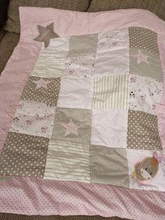 hier eine sehr schöne Decke aus verschiedenen rosa und beigen Baumwollstoffen.... Sie ist mit Volumenvlies gefüttert!  Die Decke dient hier als Beispiel und kann nach deinen eigenen Wünschen...