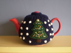 We said we would feature some free Christmas tea cosies for you to get your teeth into, so here is the first one :) Thisfestive ribbed tea cosywas designed by Frankie Brown (thanks Frankie for t…
