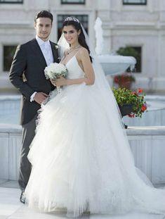 Hatice Sendil y Burak Sagyasar. Couple Wedding Dress, Wedding Couples, Wedding Bride, One Shoulder Wedding Dress, Celebrity Wedding Dresses, Celebrity Weddings, Best Wedding Hairstyles, Bride Hairstyles, Wedding Hair And Makeup