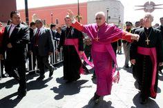 Organizaciones civiles y profesionistas presentaron una queja ante la delegación estatal de la Secretaría de Gobernación (Segob) en contra del obispo José María de la Torre Martín por sus declaraciones intolerantes y discriminatorias contra la aprobación de los matrimonios entre personas del mismo sexo.