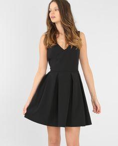 Robe décolleté V - La robe noire fait figure d'essentiel dans le dressing chic féminin.