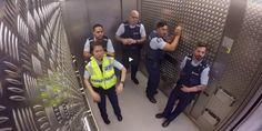 Nahrávka zo skrytej kamery láme rekordy na internete. Policajti dokázali, že majú sluch….a rytmus!