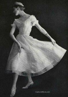 Chanel P/E Photo Philippe Pottier. Vintage Fashion 1950s, Vintage Chanel, Vintage Beauty, Retro Fashion, Vintage Couture, Vintage Glam, Coco Chanel Fashion, Chanel Style, Vintage Dresses