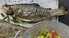 Ganz einfach zubereitet: Gebackene Forellen mit scharfem Avocado-Mais-Salat | http://eatsmarter.de/rezepte/gebackene-forellen