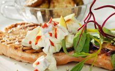 Grillattua lohta ja persikkakastiketta Omega 3, Fish Recipes, Pesto, Camembert Cheese, Salmon, Bbq, Berries, Chocolate, Breakfast