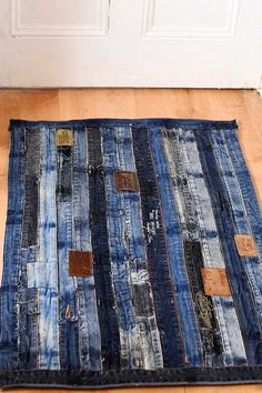 Unique denim rug made from repurposed jeans waistband. Full tutorial with no sewing involved.
