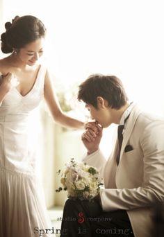 みなさんは、彼から「王子様のキス」をしてもらった経験はありますか?* 手の甲にするキスは、敬意をあらわすキスで、あのシンデレラも王子様にしてもらっています♡ そんな、ロマンティックな「王子様のキス」を《前撮り》や《フォトウェディング》で試してみてはいかがでしょうか?