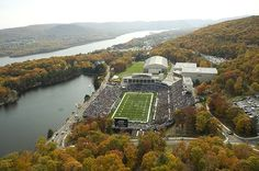 Michie Stadium in upstate New York is home to the United States Military Academy (West Point) football team. It is dramatically situated along the Hudson River and opened in Army Football, Football Stadiums, College Football, Football Team, United States Military Academy, Places In America, Football Pictures, College Fun, Armed Forces