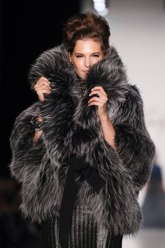 Luxury & Vintage Madrid offers you the best selection of contemporary and vintage clothing in the world. Fur Fashion, Love Fashion, Winter Fashion, Womens Fashion, Fashion Images, Mode Russe, Estilo Glamour, Fabulous Furs, Fox Fur