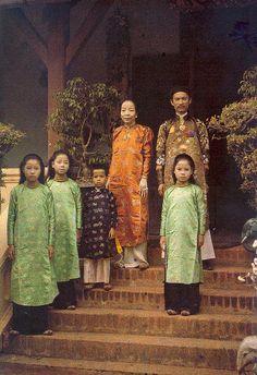 The Governor of Tonkin and his family, Tonkin, Vietnam, photograph by Albert Kahn. Hanoi Vietnam, North Vietnam, Old Photos, Vintage Photos, Vintage Photographs, Laos, Portraits Victoriens, Albert Kahn, Subtractive Color