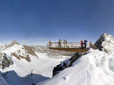 Austria.- Top of Tyrol.-  Es el nombre de un mirador situado a 3165 metros por encima del nivel del mar sobre el glaciar de Stubai, sobresaliendo de la misma cima de la montaña mediante vigas voladizas de acero de mas de nuevo metros de longitud al aire.