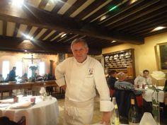 Georges Blanc dans la salle de son restaurant à Vonnas