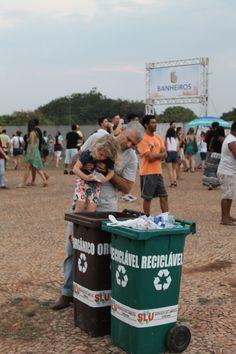 Pai ensinando a filha a separar o lixo corretamente, durante o Soul Brasília Festival