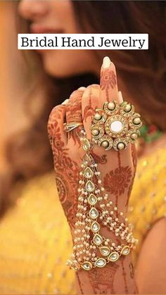 Indian Bridal Jewelry Sets, Wedding Jewelry For Bride, Bridal Bangles, Jewelry Design Earrings, Gold Earrings Designs, Gold Jewellery Design, Hand Jewelry, Trendy Jewelry, Wedding Goals