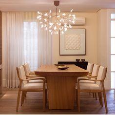 Sala de jantar, destaque para a composição que eu adoro, madeira com tons…