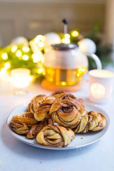 Brioches roulées à la cannelle : Kanelbullar   Gourmandiseries Nom Nom, Biscuits, Garlic, Brunch, Vegetables, Pains, Cooking, Healthy, Sweet