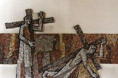 Kreuzweg: Jesus nimmt das Kreuz auf, und fällt das erste Mal