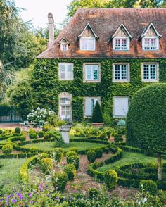 A perfect garden and a dream home. Beautiful Gardens, Beautiful Homes, Beautiful Places, Beautiful Pictures, Landscaping Around House, Landscaping Rocks, Suburban House, Town And Country, Country Living