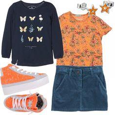 Colori vivi anche in autunno per questo outfit! Gonna aviatore in velluto, abbinata ad una t-shirt arancione in fantasia.Felpa blu con stampa di farfalle. Sneakers alte in pelle scamosciate in uno squillante arancione con zeppa bianca. Orecchini arancio a stellina.