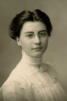 Victorian Lady with pince nez glasses Vintage Pictures, Old Pictures, Vintage Images, Old Photos, Rare Images, Show Photos, Graduation Portraits, Old Portraits, Old Photography