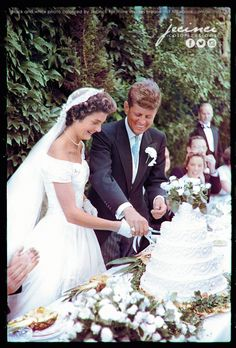 Jackie Bouvier Kennedy and John F. Kennedy cutting the cake at their wedding - September 12 1953 Newport Rhode Island. Jacqueline Kennedy Onassis, Jackie Kennedy Wedding, Jackie Kennedy Style, Les Kennedy, Jaqueline Kennedy, Robert Kennedy, Die Kennedys, Celebrity Weddings, Wedding Dresses