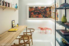 """No escritório: sem a opção de puxar pontos de luz da laje, a arquiteta Rafaela Lourenço, de Brasília, desenhou um painel em L no home office concebido para a mostra Morar Mais por Menos 2013, na mesma cidade. """"Só a moldura emprega drywall"""", explica a arquiteta. a estrutura de 10 cm embute lâmpadas fluorescentes, voltadas para o alto e para o chão. No centro, placas de OSB decoradas receberam spots direcionais, compostos de lâmpadas dicroicas de led."""