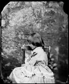 A verdadeira Alice, 1862    Charles Lutwidge Dodgson era o verdadeiro nome de Lewis Caroll. Ele andava pela rua tirando fotografias quando conheceu a família Liddell, de quem se tornou amigo íntimo nos anos posteriores. Alice Lidell era a quarta filha de Henry e Lorina Liddell.