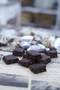 Mixa cashewnötterna i en matberedare tills det blir ett pulver. Tillsätt flingsalt, vaniljpulver, kakao, lönnsirap och kokosolja och mixa hastigt tills...