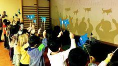 El teatro de sombras es un recurso de motivación en el aula infantil. Permite el desarrollo de habilidades personales y sociales fundamentales, y el aprendizaje de materias como parte de un juego de interpretación. Inícialos y los niños se divertirán aprendiendo, mientras desarrollan la creatividad, la seguridad y el compañerismo. Shadow Puppets, Charlie Chaplin, Reggio Emilia, Bambam, Activities, Education, School, Color, Dani