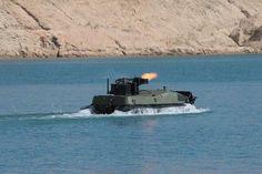 水上から射撃を行なっているアルゴ。これはロシア連邦で発表されたアルゴ(Арго)なる無人地上車両の画像とのこと。アルゴは水陸両用強襲部隊に対してRWS(遠隔兵器ステーション)による火力支援を提供する。